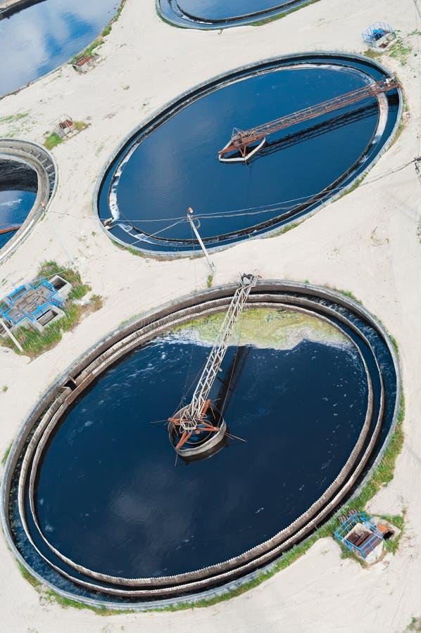 Círculos grandes en el agua que recicla la estación fotos de archivo