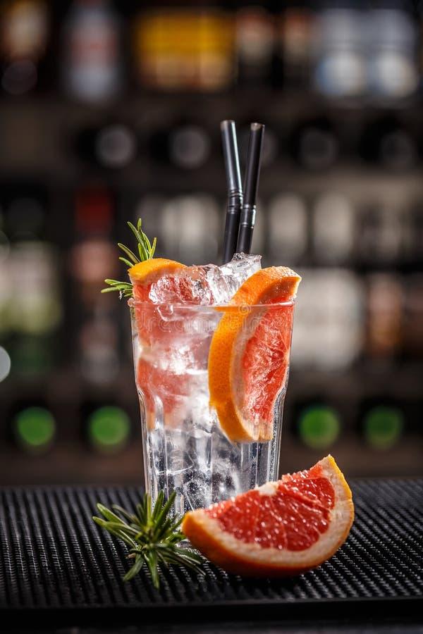 Cóctel alcohólico con el pomelo fotografía de archivo