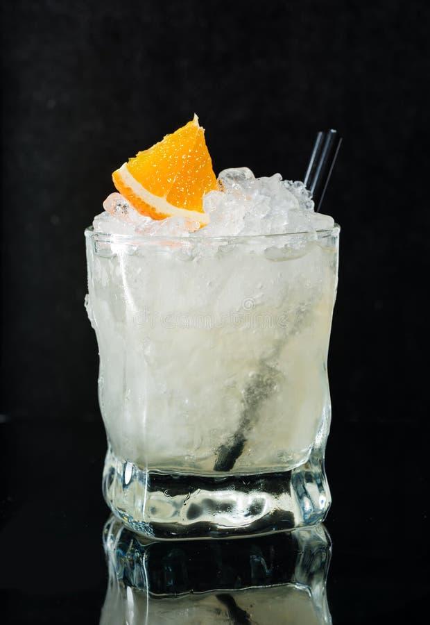 Cóctel alcohólico con la vodka, el hielo y el jarabe fotos de archivo