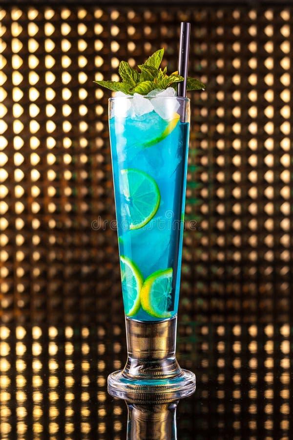 Cóctel azul claro de la baya con el limón en alto imagen de archivo libre de regalías