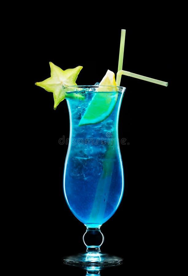Cóctel azul de la laguna con el licor y la vodka con los cubos de hielo y s imágenes de archivo libres de regalías