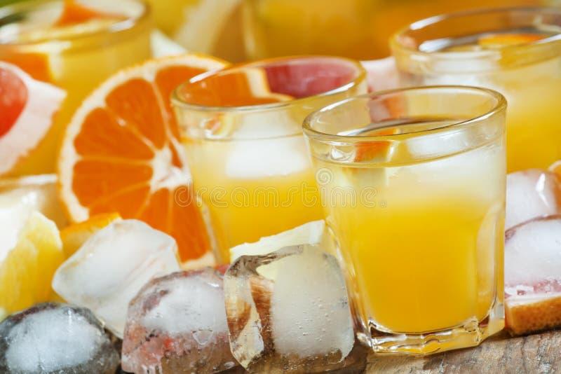 Cóctel con el jugo de la fruta cítrica, la vodka y el hielo, foco selectivo foto de archivo libre de regalías