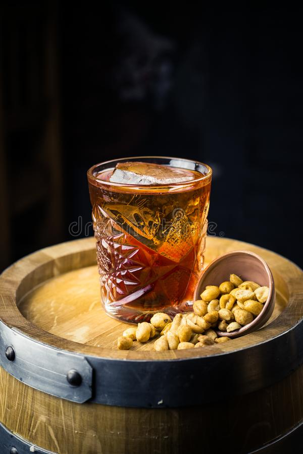 Cóctel con el whisky fotografía de archivo libre de regalías