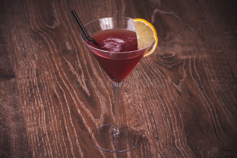 Cóctel cosmopolita del alcohol en vidrio fotografía de archivo libre de regalías