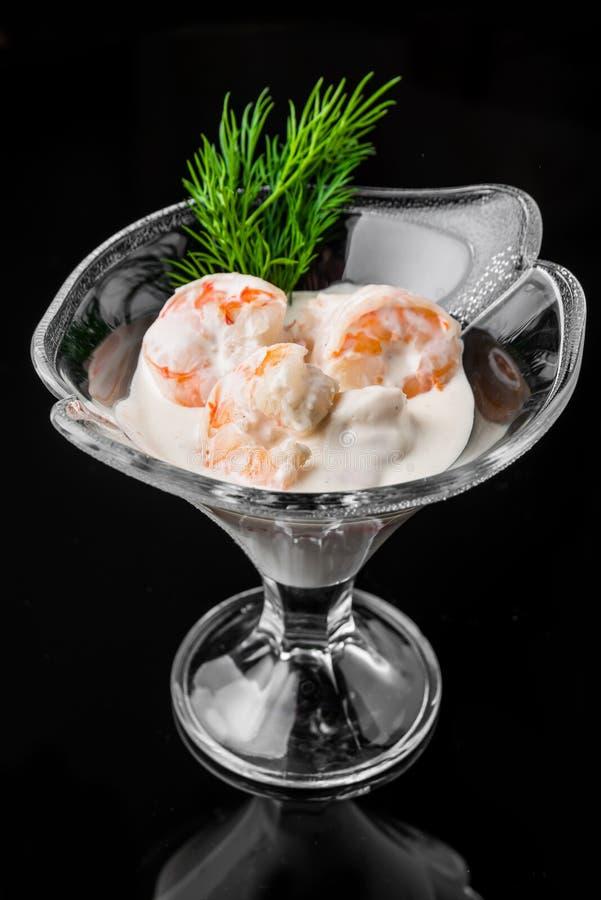 Cóctel de camarón con la salsa blanca imagen de archivo