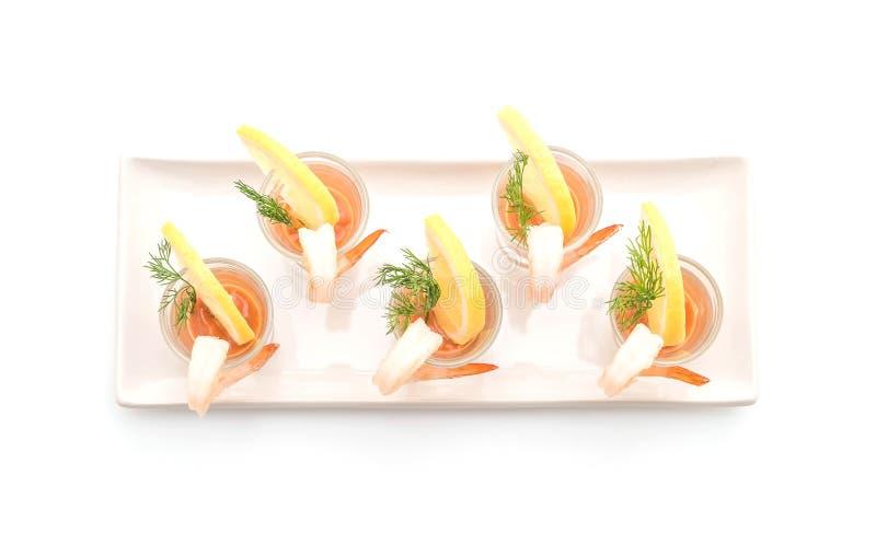 Cóctel de camarón en el fondo blanco foto de archivo