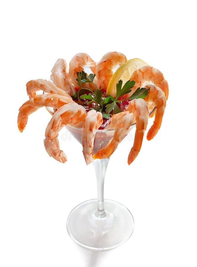Cóctel de camarón en el vidrio de martini en el fondo blanco imagen de archivo libre de regalías