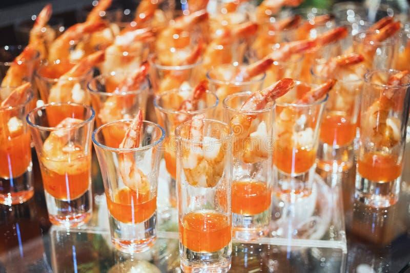 Cóctel de camarón en primer del tiro del vaso de medida fotografía de archivo libre de regalías