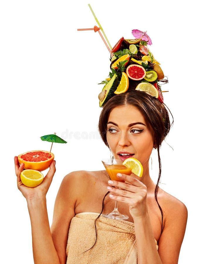 Cóctel de consumición del paraguas de la fruta de la muchacha en partido del verano fotografía de archivo libre de regalías