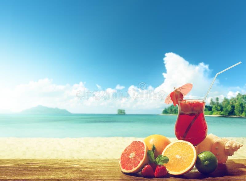 Cóctel de la fresa y fruta tropical foto de archivo libre de regalías