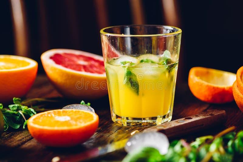 Cóctel de la fruta cítrica con la menta y el hielo imagen de archivo