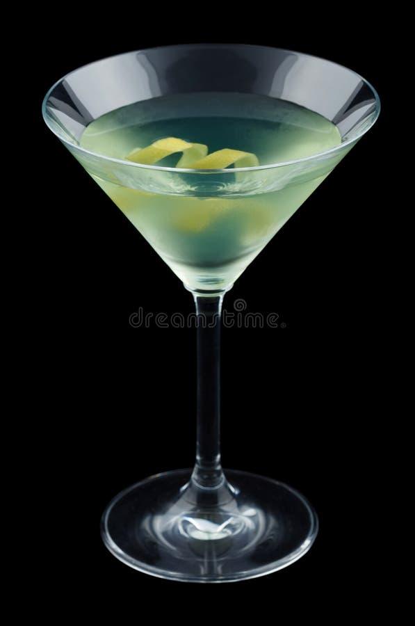Cóctel de la joya con la torsión del limón aislado en fondo negro imagenes de archivo