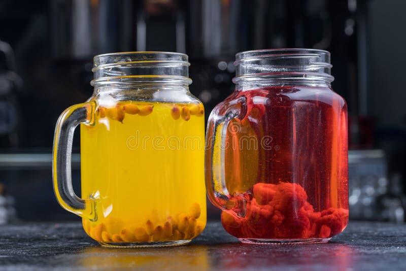 Cóctel de la limonada o de Mojito con el limón y menta, frambuesa, espino cerval de mar, pomelo, bebida de restauración fría o be fotografía de archivo libre de regalías