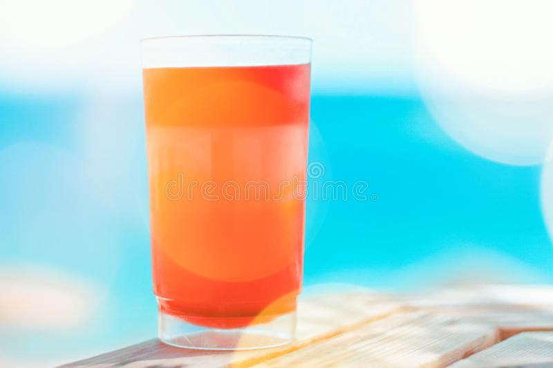 cóctel de la playa en verano - concepto de las vacaciones de verano y de las vacaciones imagenes de archivo