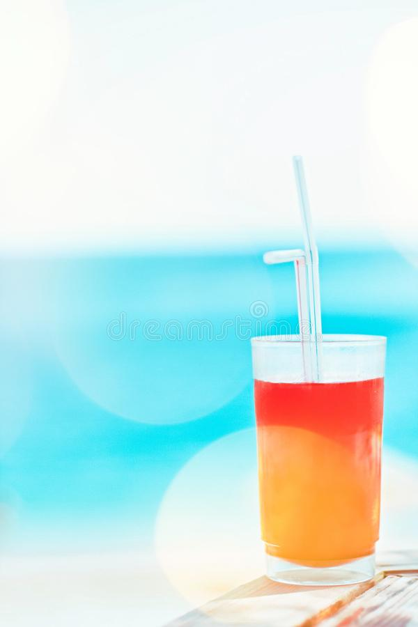cóctel de la playa en verano - concepto de las vacaciones de verano y de las vacaciones imagen de archivo