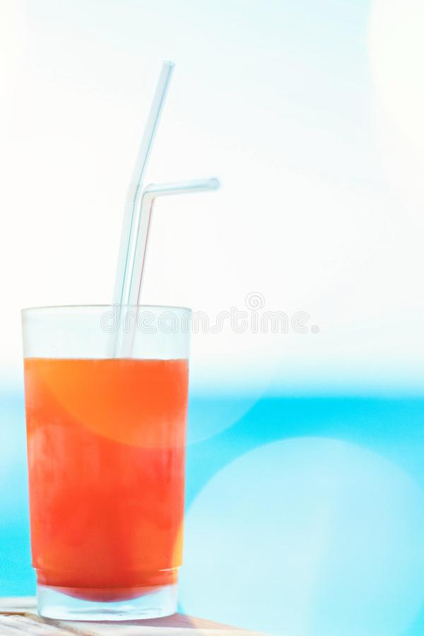cóctel de la playa en verano - concepto de las vacaciones de verano y de las vacaciones fotos de archivo libres de regalías