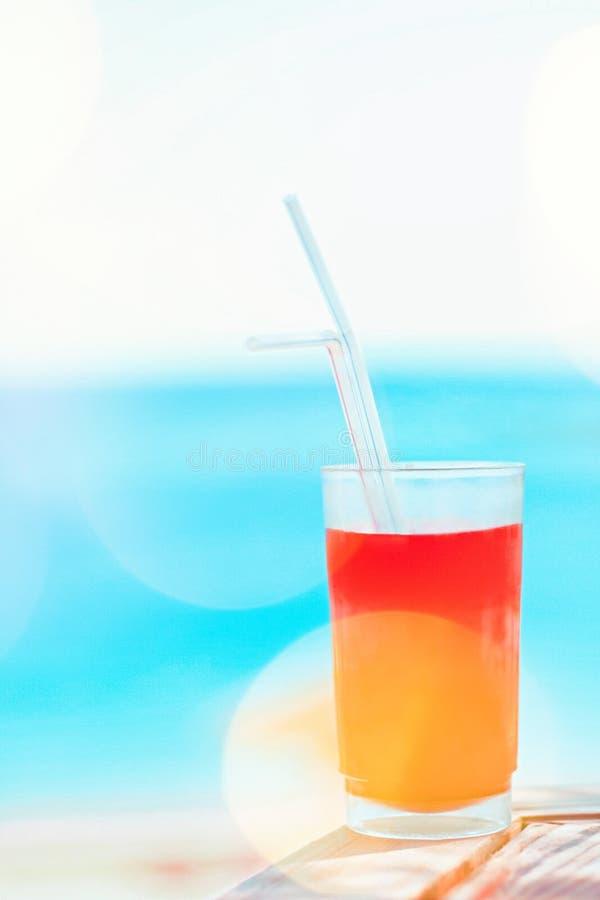cóctel de la playa en verano - concepto de las vacaciones de verano y de las vacaciones fotos de archivo