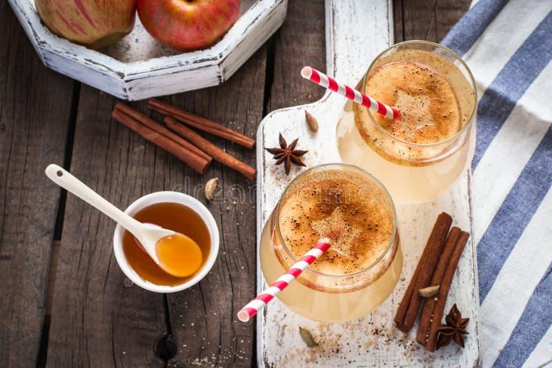 Cóctel de la sidra de manzana del otoño con las especias y las rebanadas de la manzana Foco selectivo fotografía de archivo libre de regalías