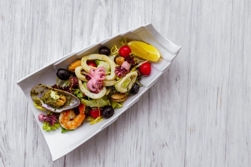 Cóctel de los mariscos, la ensalada del cocinero, menú del restaurante imagenes de archivo