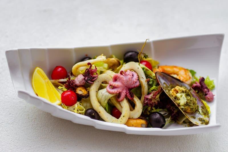 Cóctel de los mariscos, la ensalada del cocinero, menú del restaurante fotografía de archivo libre de regalías