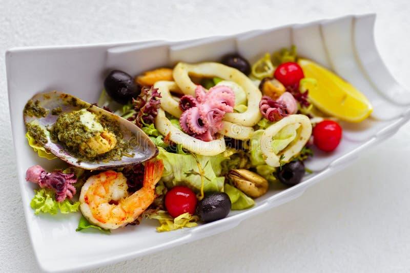 Cóctel de los mariscos, la ensalada del cocinero, menú del restaurante imágenes de archivo libres de regalías