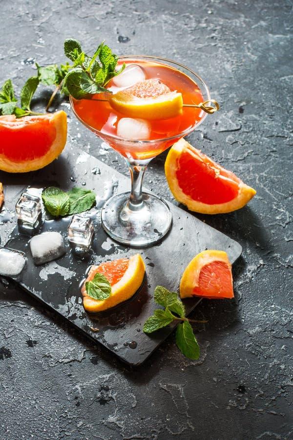 Cóctel de Margarita con el jugo de pomelo, la bebida de restauración o la bebida de la fruta cítrica fría del verano con hielo foto de archivo