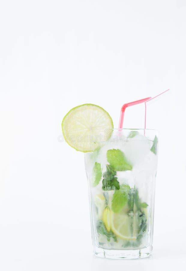 Cóctel de Mojito en un vidrio transparente con hielo Receta para las bebidas exóticas con la menta, la cal y el ron blanco Vidrio fotografía de archivo