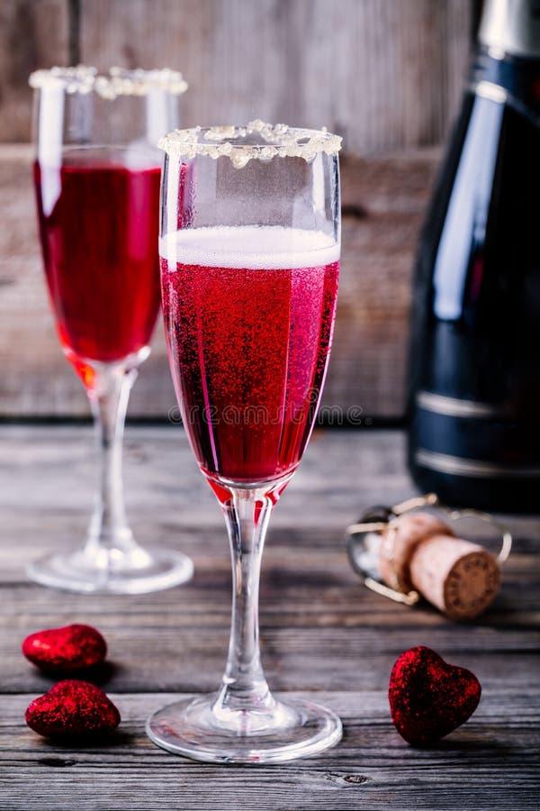 Cóctel de restauración con champán y el arándano para el día del ` s de la tarjeta del día de San Valentín fotos de archivo libres de regalías