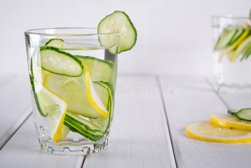 Cóctel de restauración del pepino, limonada, agua del detox en vidrios Bebida del verano foto de archivo