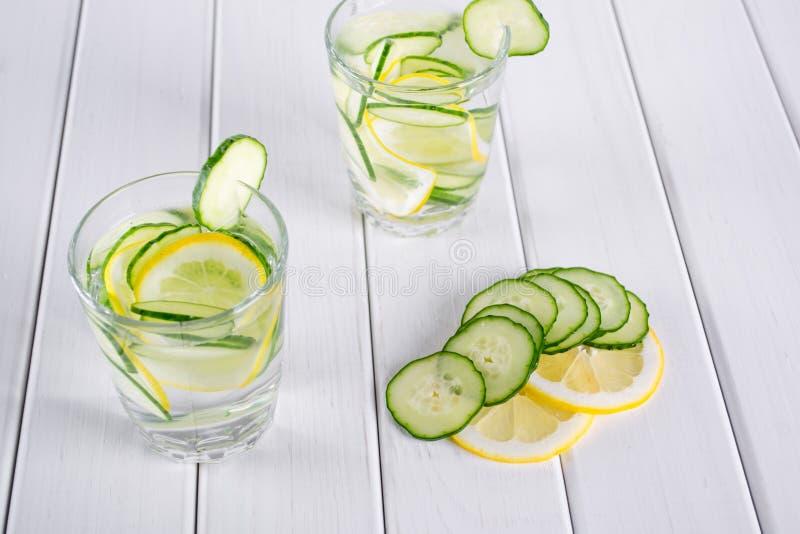 Cóctel de restauración del pepino, limonada, agua del detox en vidrios en un fondo blanco foto de archivo libre de regalías