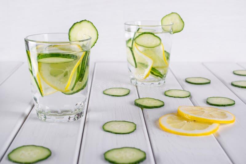 Cóctel de restauración del pepino, limonada, agua del detox en vidrios en un fondo blanco fotos de archivo libres de regalías