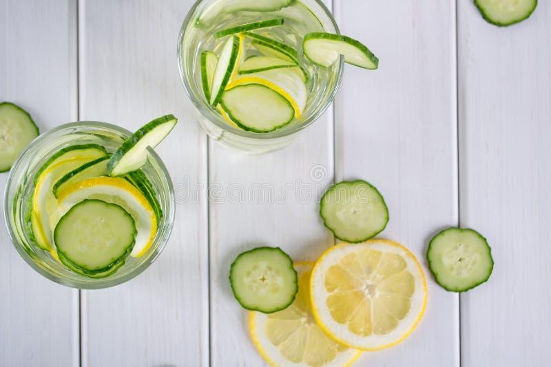 Cóctel de restauración del pepino, limonada, agua del detox en vidrios en un fondo blanco Bebida del verano fotografía de archivo libre de regalías