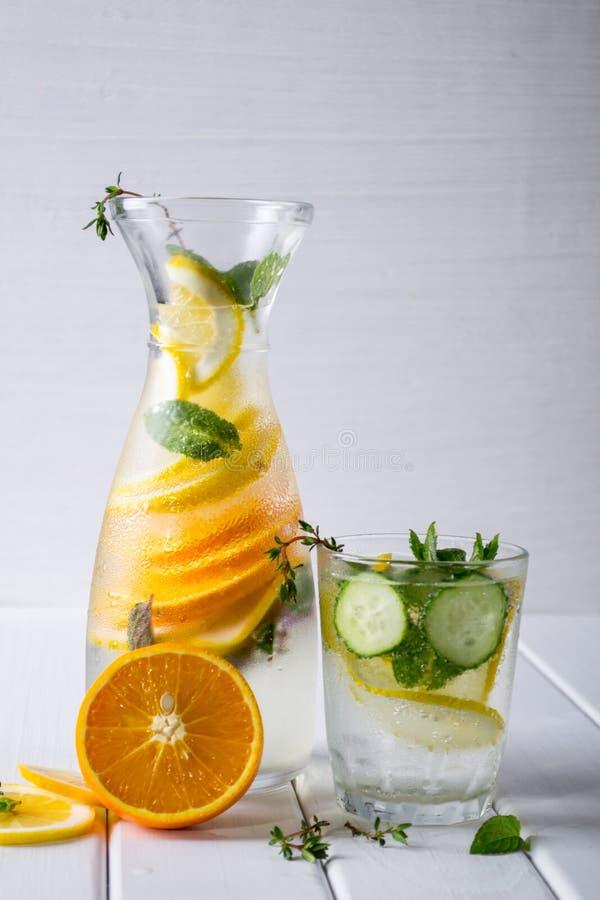 Cóctel de restauración del pepino, limonada, agua del detox en vidrios en un fondo blanco fotografía de archivo libre de regalías