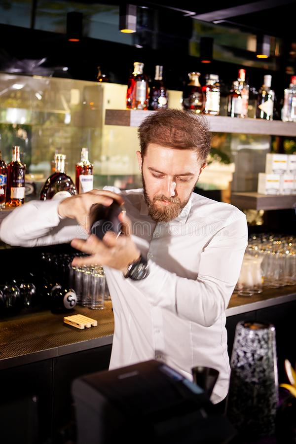 Cóctel del alcohol en la barra El camarero prepara un cóctel alcohólico imagenes de archivo