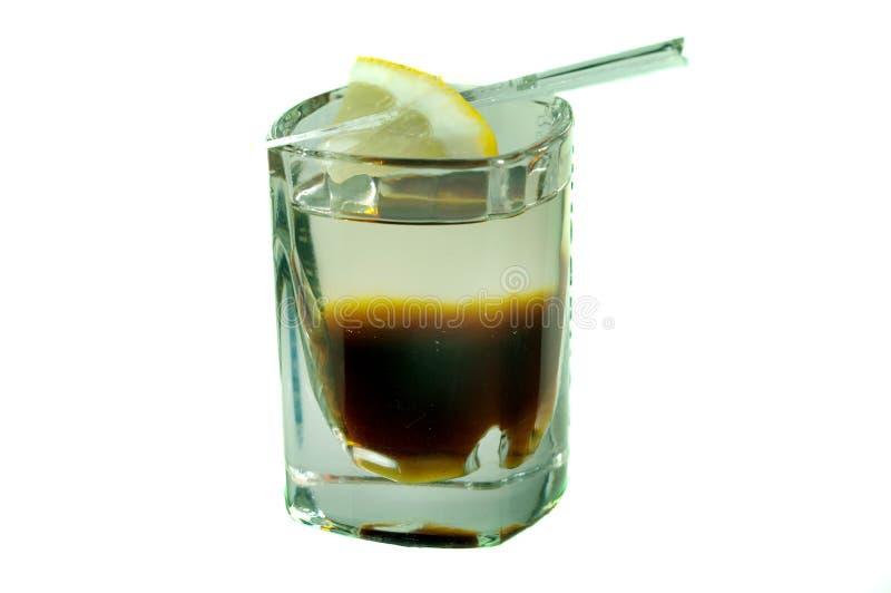 Cóctel del cafeína en vaso de medida con la rebanada amarilla del limón fotos de archivo