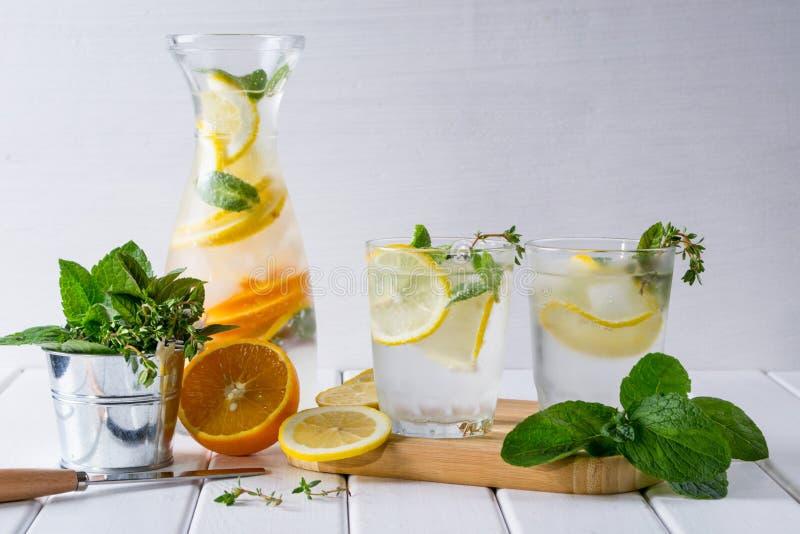 Cóctel del detox de la vitamina con la fruta cítrica y la menta Limonada hecha en casa fácil imagen de archivo