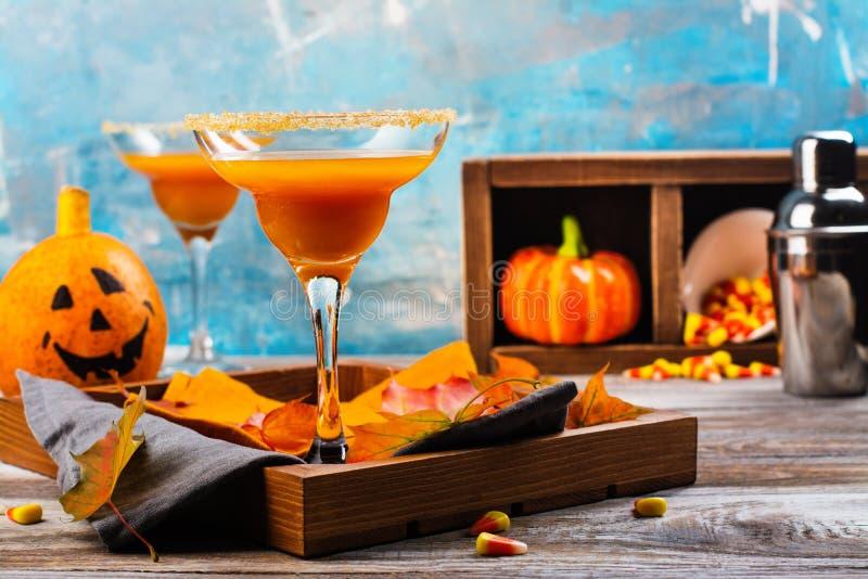 Cóctel del margarita de la calabaza de otoño con la decoración de Halloween imagen de archivo