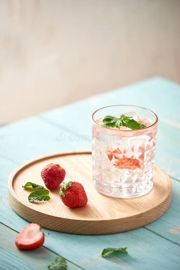 Cóctel del mojito de la fresa aislado en blanco fotografía de archivo libre de regalías