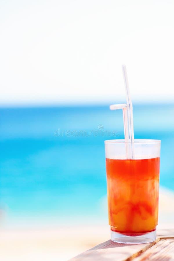 cóctel dulce en la playa, verano - las bebidas, los cócteles y la celebración diseñaron concepto fotografía de archivo libre de regalías