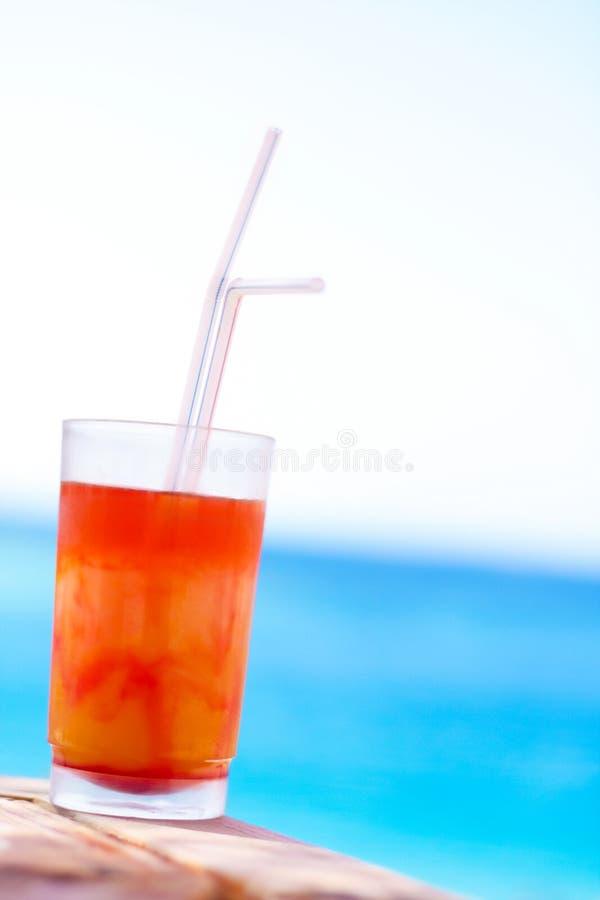 cóctel dulce en la playa, verano - las bebidas, los cócteles y la celebración diseñaron concepto fotos de archivo