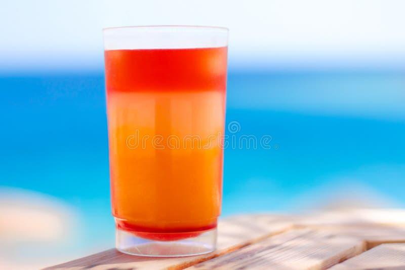 cóctel dulce en la playa, verano - las bebidas, los cócteles y la celebración diseñaron concepto fotos de archivo libres de regalías