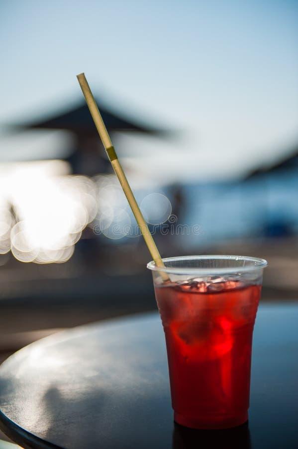 Cóctel en la playa con hielo en tiempo caliente imagen de archivo libre de regalías