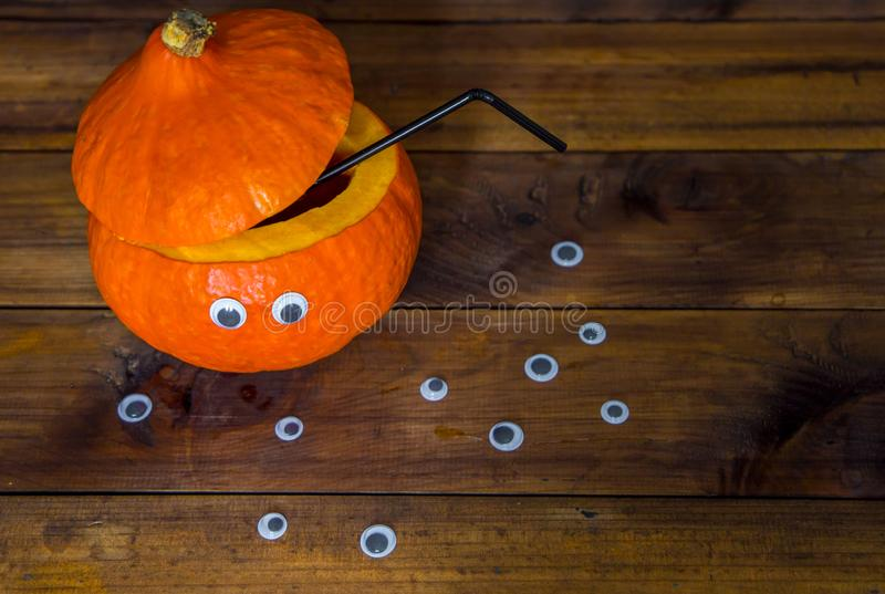 Cóctel en una calabaza adornada bebidas de Halloween para el partido fotografía de archivo