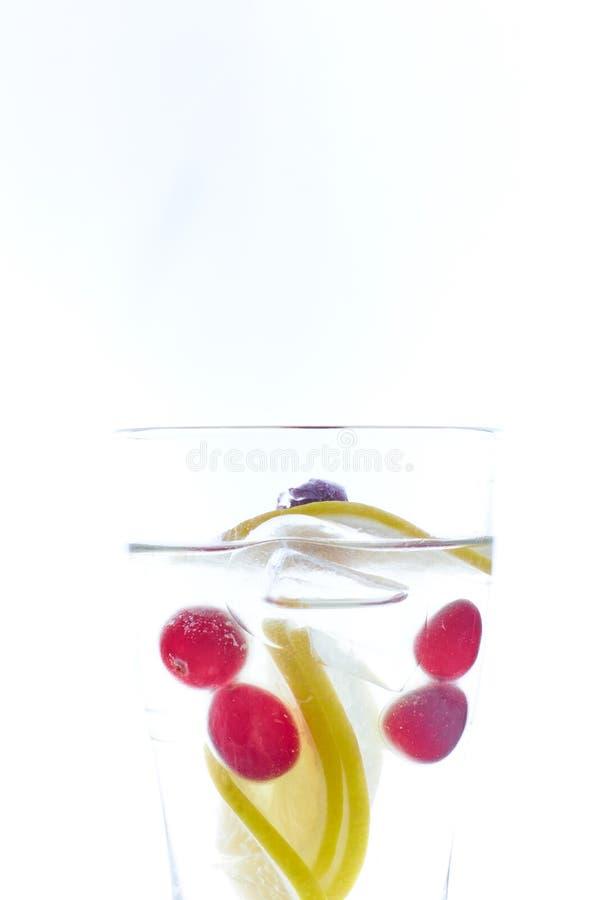 Cóctel frío de la baya de la menta en una honda aislada en blanco Copie el espacio bebida de restauración del verano con una paja fotos de archivo