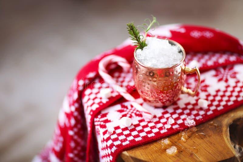 Cóctel frío de las mulas de Moscú con la cerveza de jengibre, la vodka, la cal y el hielo imagenes de archivo