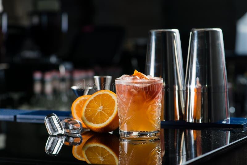 Cóctel fresco con la naranja y el hielo Alcohólico, dri sin alcohol foto de archivo libre de regalías