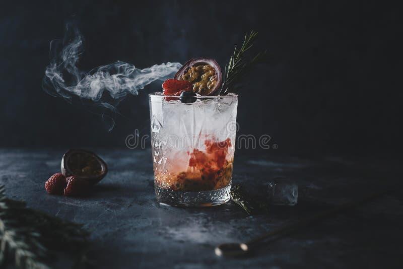 Cóctel fresco de Marakuya con el jugo, la bebida de restauración o la bebida de la fruta cítrica fría del verano con hielo fotos de archivo