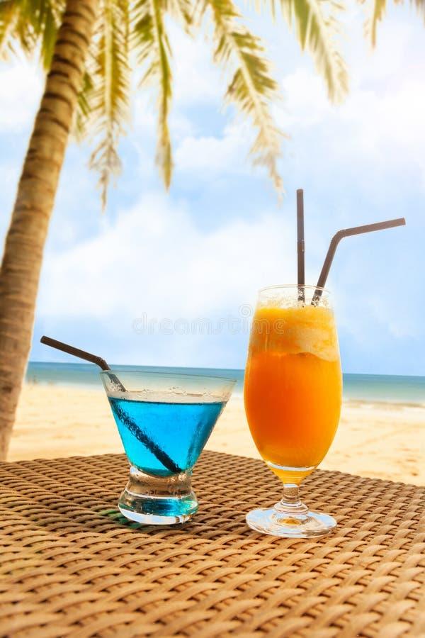 Cóctel fresco dos en una playa debajo de la palmera imagen de archivo libre de regalías