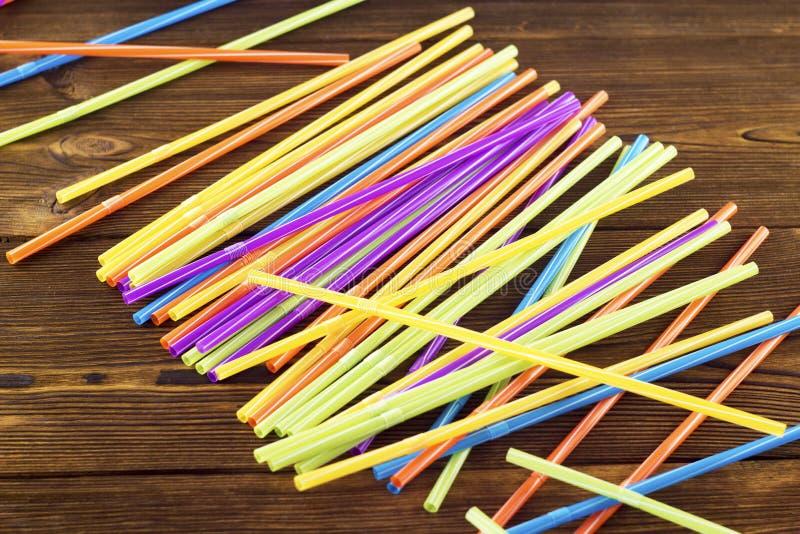 Cóctel multicolor de la fresa en una fresa de madera del fondo fotos de archivo libres de regalías