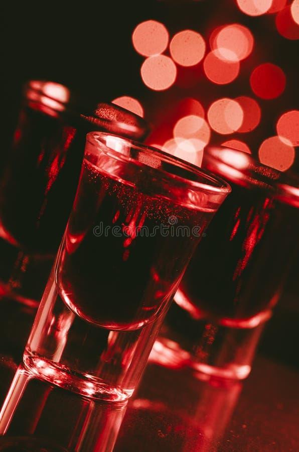 Cóctel rojo en vasos de medida fotos de archivo libres de regalías